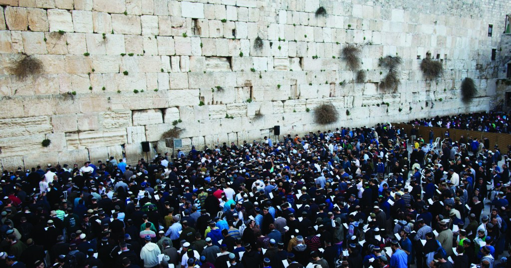 Hundreds participate in a prayer rally organized by the national-religious movement at the Kosel on Thursday for Greater Israel and against the peace talks. (Yonatan Sindel/Flash90)