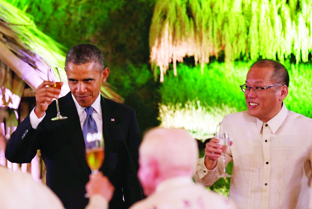 U.S. President Barack Obama, left, and Philippine President Benigno Aquino III raise glasses for a toast during a state dinner at Malacanang Palace in Manila, Philippines, Monday (AP Photo/Francis R. Malasig, Pool)