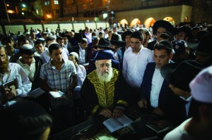 Israeli Sephardic Chief Rabbi Yitzchak Yosef seen leading a mass prayer at the Kosel for the release of the three Jewish teenagers.  (Yonatan Sindel/Flash90)