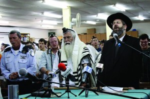 Rabbi Dov Zinger (C), head of the Mekor Chaim yeshivah, and Ashkenazi Chief Rabbi David Lau pray alongside Jewish students at the Mekor Chaim yeshivah, in Kibbutz Kfar Etzion.  (Gershon Elinson/FLASH90)