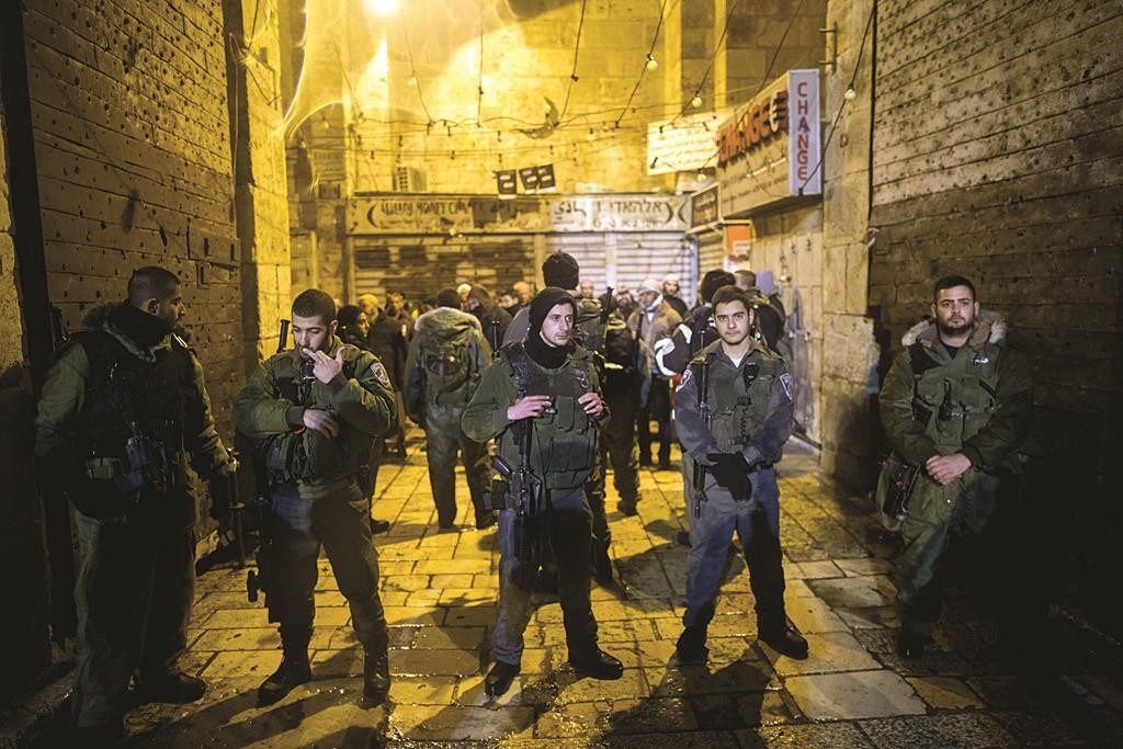 Police at the scene where a Jewish man was stabbed by an Arab in Yerushalayim's Old City on Thursday evening. (Yonatan Sindel/Flash90)