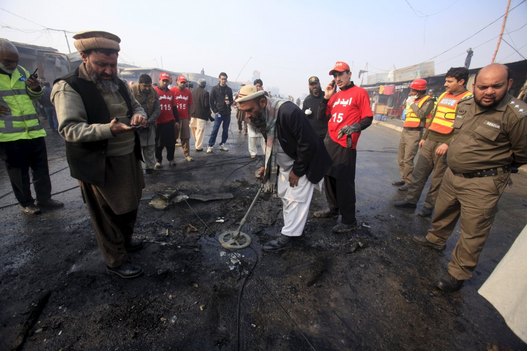 Investigators look for evidence after a suicide bomber blew himself up close to a police checkpoint in Peshawar, Pakistan January 19, 2016. REUTERS/Fayaz Aziz TPX IMAGES OF THE DAY
