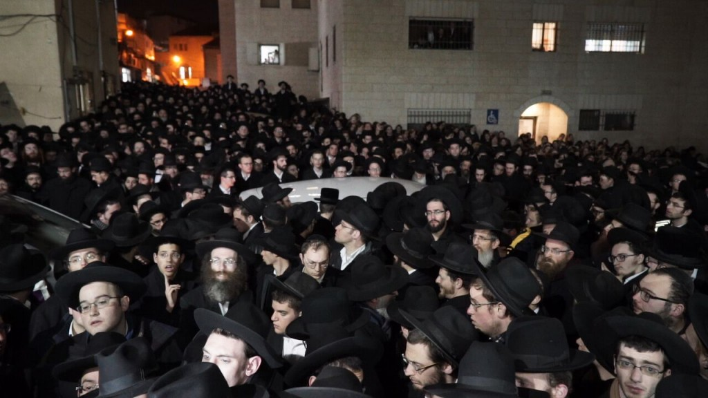 A partial view of the crowd at the levayah at Yeshivas Mir - Yerushalayim. (Simcha Jessel /Kuvien Images)