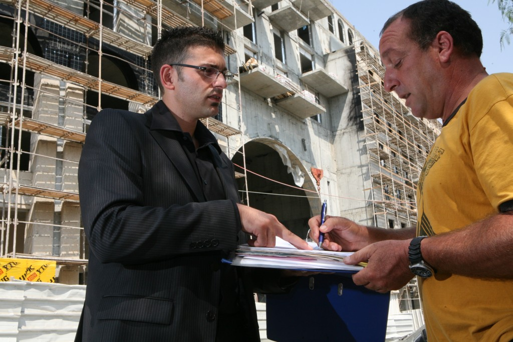 Illustration of a man signing a contract for possible mortgage loan. August 31, 2008. Photo by Yossi Zamir/Flash90 *** Local Caption *** ?????????? ???? ?????? ???? ???? ????