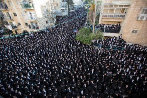 Ultra-Orthodox Jews attend the funeral of head Yeshiva of Ponivezh Rabbi Chaim Shlomo Leibowitz in Jerusalem, February 28, 2016, Rabbi Chaim Shlomo Leibowitz died early on Saturday at the age of 83. Photo by Yonatan Sindel/Flash90 *** Local Caption *** øàù éùéáåú ÷îðéõ å ôåðéáæ' çééí ùìîä ìéáåáéõ úôéìä øá äìååéä çøãéí äìååéä éøåùìéí éùéáåú ÷îðéõ
