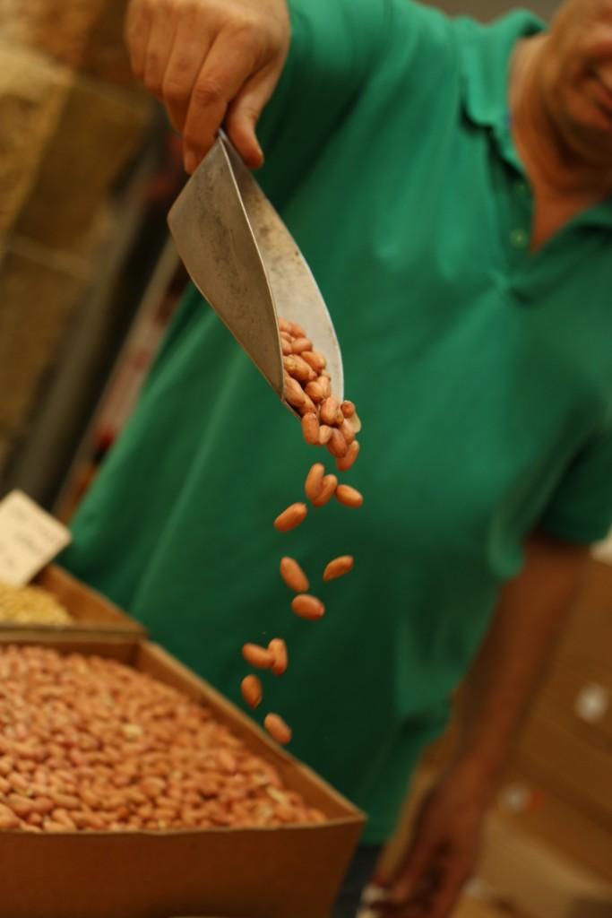 A peanut vendor in the Machaneh Yehuda market in Yerushalayim. (G. Golds)