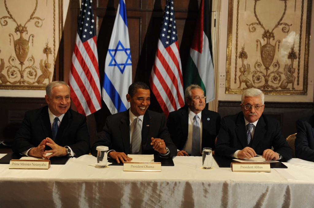 Israeli Prime Minister Benjamin Netanyahu (L) reaches to shake hands with Palestinian President Mahmoud Abbas in front of U.S. President Barack Obama (C) during a trilateral meeting at President Obama's hotel in New York September 22, 2009. Obama, making his most direct foray into Middle East diplomacy, on Tuesday called Israelis and Palestinians to act with a sense of urgency to get formal peace negotiations back on track. Photo by Avi Ohayon/GPO/Flash 90 *** Local Caption *** ?????? ?????? ??? ????? ??? ??? ????????? ????? ????