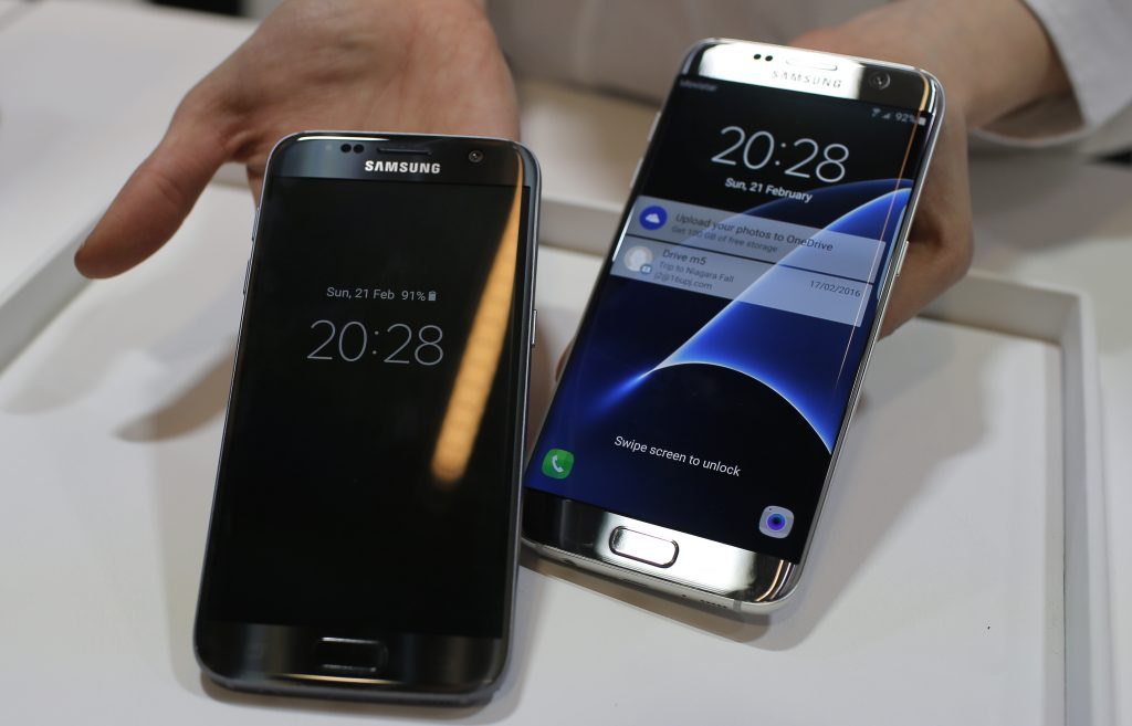 A Samsung Galaxy S7 (L) and S7 Edge. (AP Photo/Manu Fernandez, File)