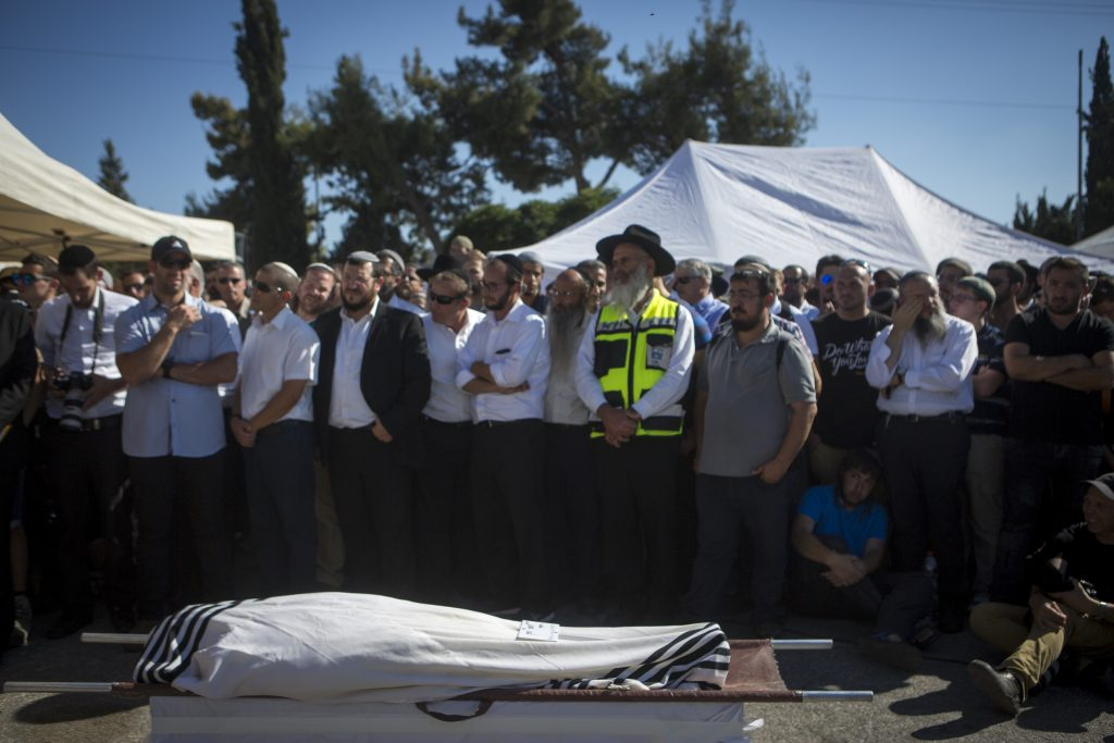 Friends and family at the funeral of Rabbi Miki Mark at Har Hamenuchot cemetery in Yerushalayim on July 3. (Miriam Alster/Flash90)