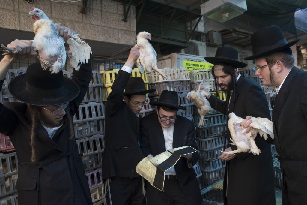 Kapparos  in the Meah Shearim neighborhood of Yerushalayim on Sunday. (Nati Shohat/Flash90)