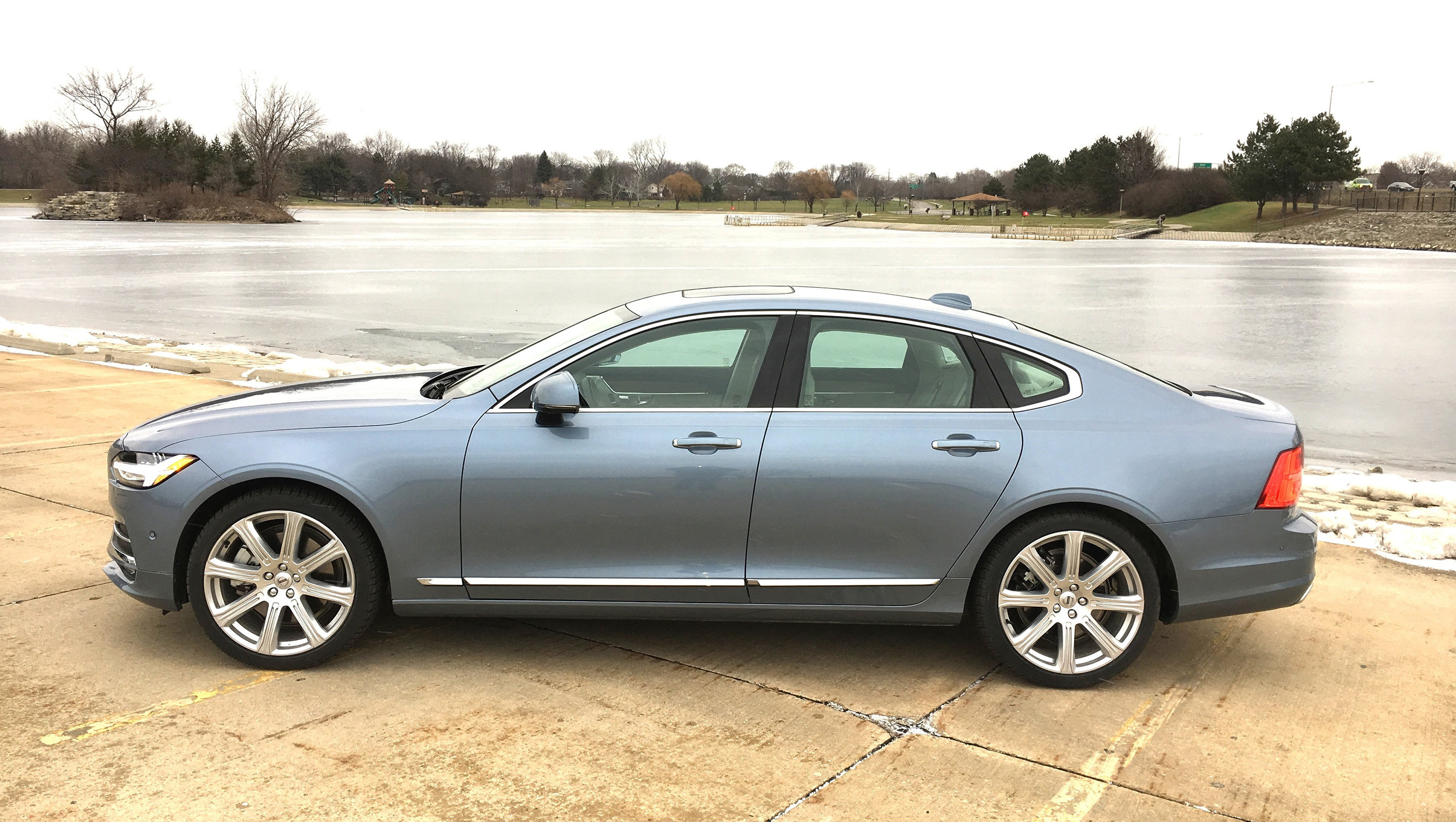 auto review 2017 volvo s90 t6 sedan wears elegance with simplicity hamodia jewish and israel news. Black Bedroom Furniture Sets. Home Design Ideas