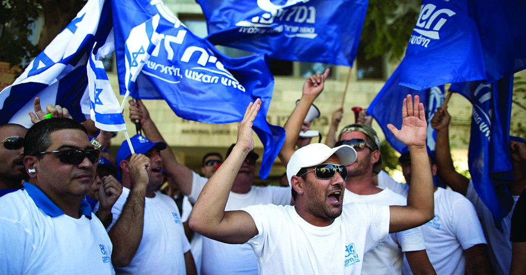 Port workers demonstrate in front of the National Labor Court in Yerushalayim on Monday.(Yonatan Sindel/Flash 90)