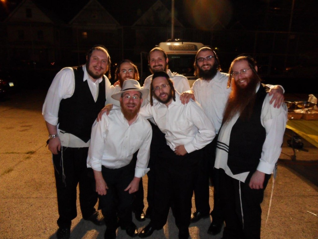 The Yedidim Choir with Shlomie Gombo (front, left) and Shloimy Reichberg (front, right), director of Mekimi.(JDN)