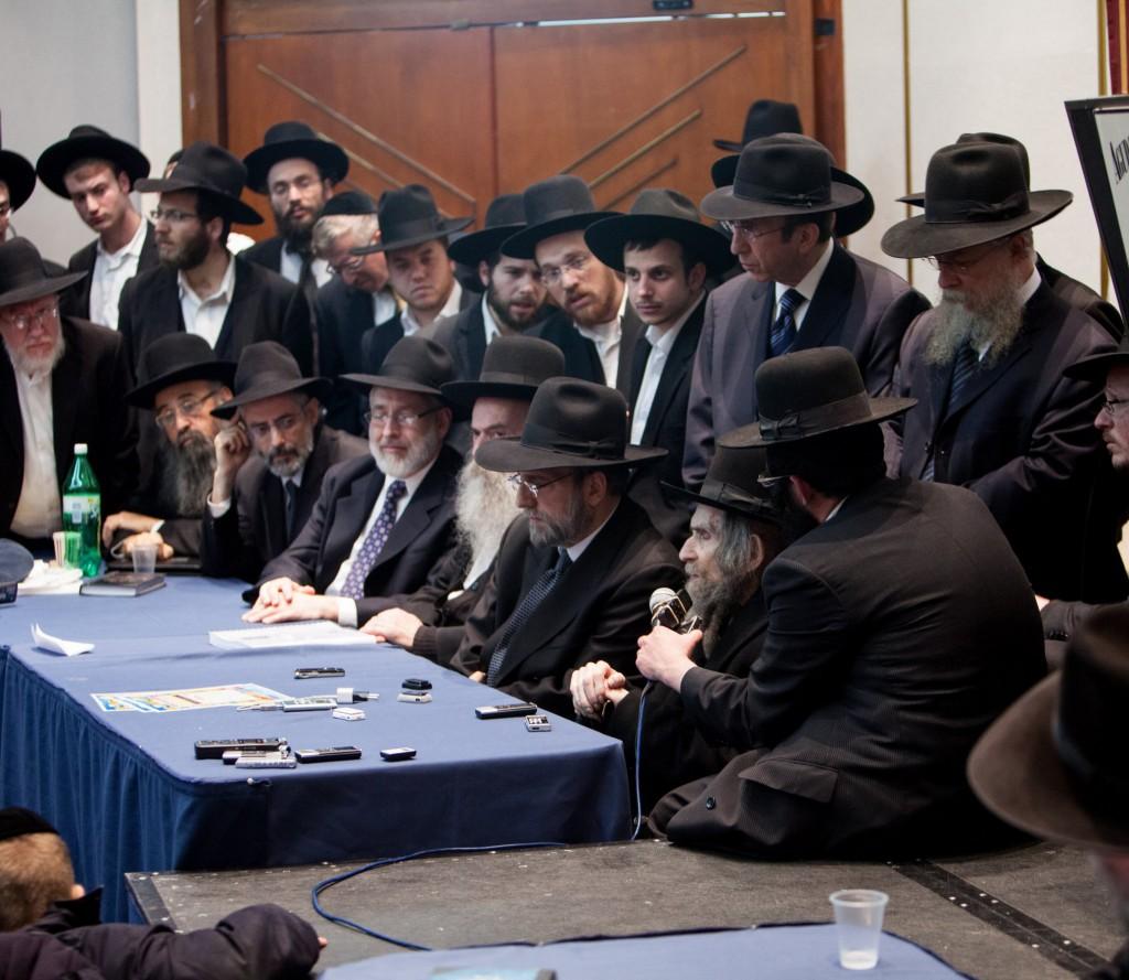 Harav Aharon Leib Steinman, Rosh Yeshivah, Yeshiva Orchos HaTorah, addresses participants of the thirteenth annual Agudath Israel Winter Yarchei Kallah at the Ramada Hotel in Yerushalayim. (Kuvien Images)