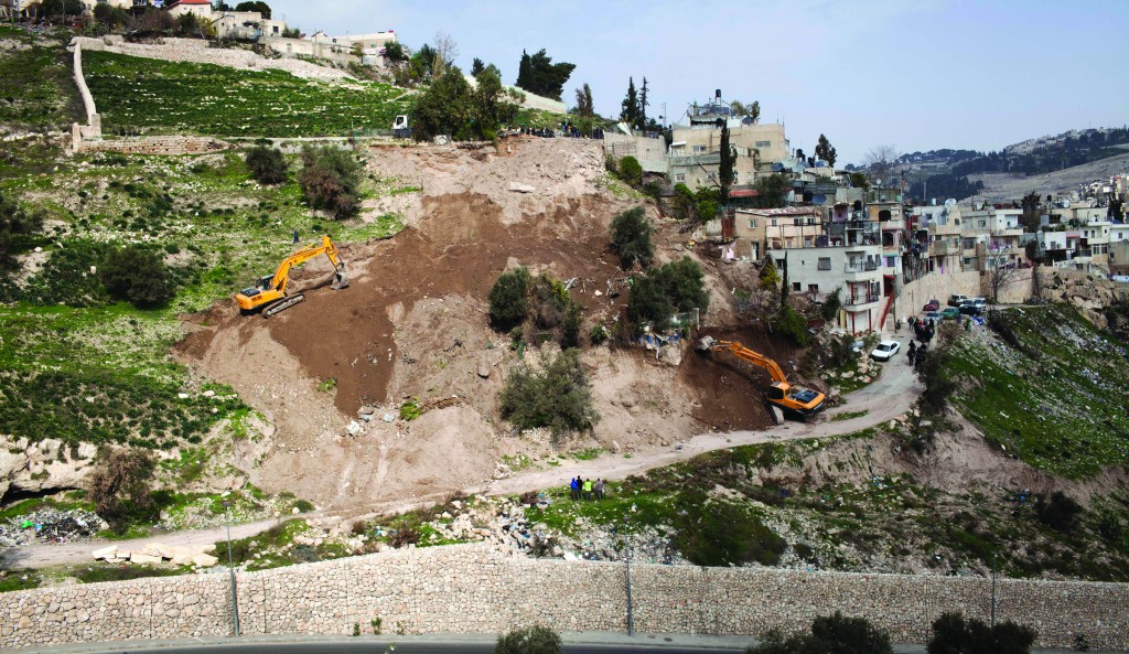 Bulldozers demolish two illegal houses in the Arab neighborhood of Silwan in eastern Yerushalayim on Monday. (FLASH90 )