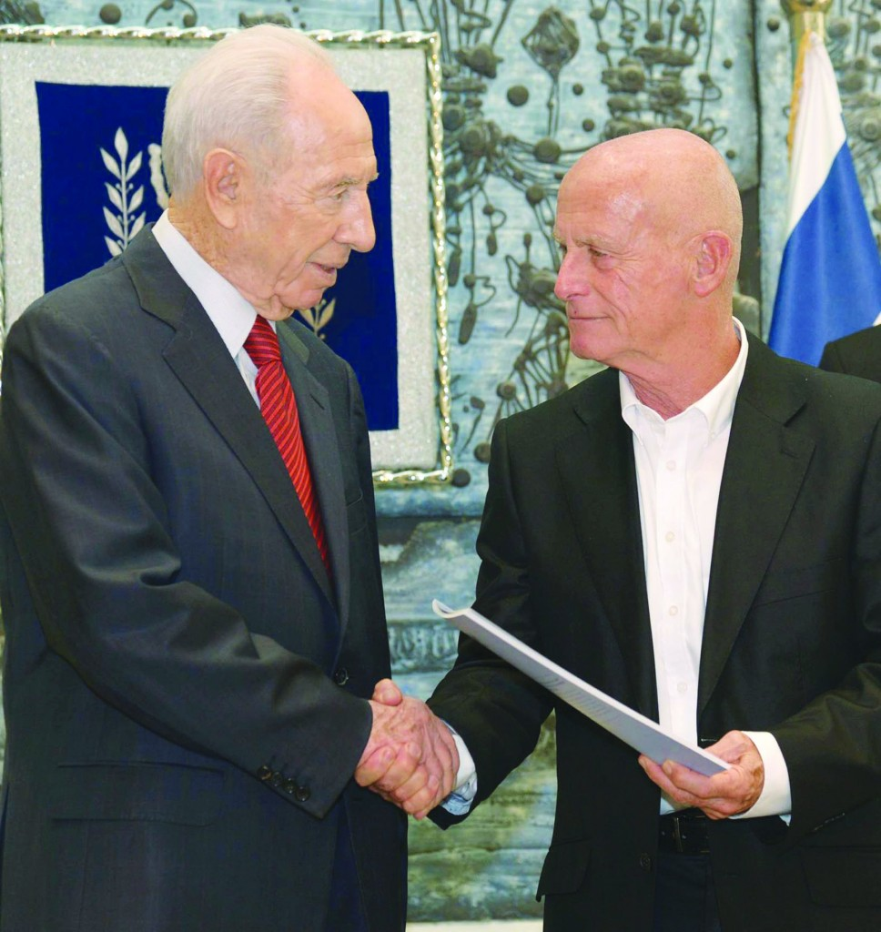 President Shimon Peres with Maj.-Gen. (res) Ami Ayalon, chairman of the Association for the Habilitation of the Intellectually Disabled. (Flash90)