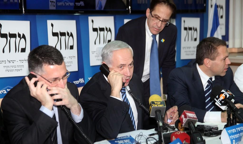 Israeli Prime Minister Binyamin Netanyahu helps man the phones for Likud-Beiteinu in campaign headquarters in Tel Aviv on Thursday. (FLASH90)