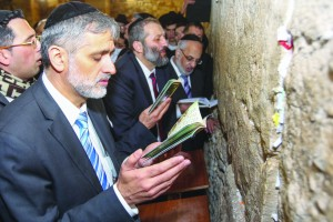 Eli Yishai and Aryeh Deri of the Shas party seen davening at the Kosel following the elections. (FLASH90)