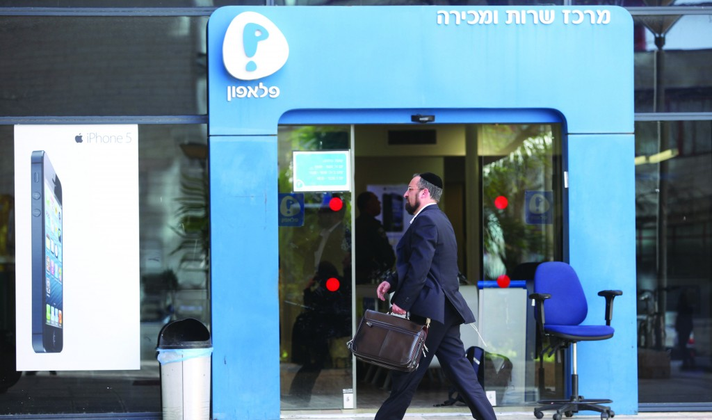 A Pelephone shop in Yerushalayim. The Pelephone cellular telephone company's system crashed Sunday night, cutting service to millions of customers for several hours. (FLASH90)
