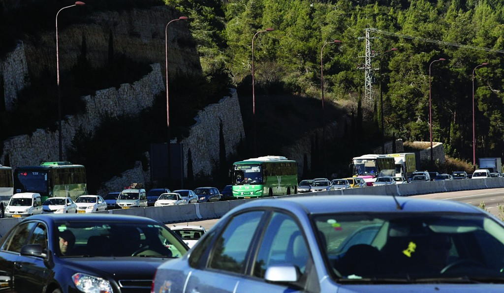 Upgrading Route 1 will help to alleviate the kind of heavy traffic on the road to Yerushalayim seen in this photo, and will make it safer for both man and beast. (Flash90)