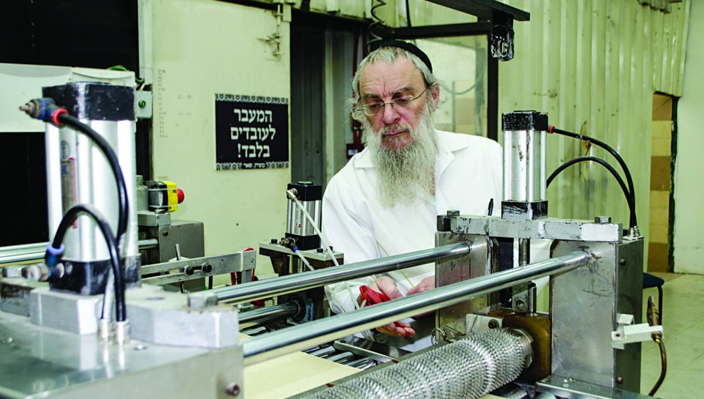 Harav Shmuel Meir Katz of Lakewood supervises the baking of spelt and oat gluten-free matzos at a factory on Moshav Matityahu in central Israel. (Kuvien Images)