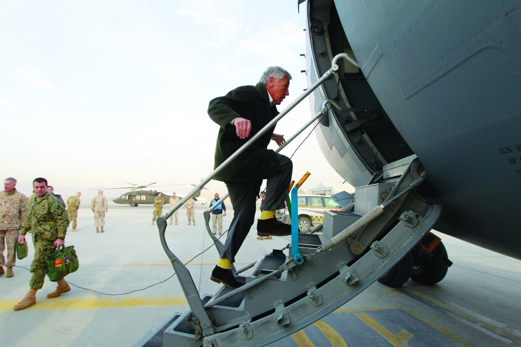 U.S. Secretary of Defense Chuck Hagel steps aboard a C-17 military aircraft as he prepares to depart Kabul, Monday as he returns to Washington. (REUTERS/Jason Reed)