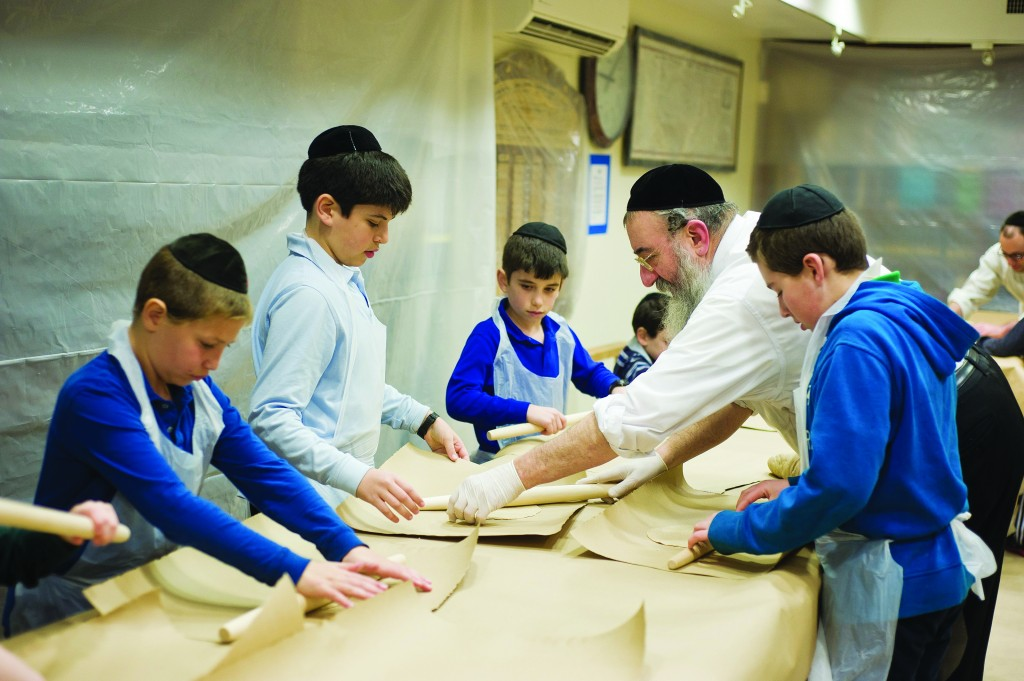 Matzah baking in Brooklyn the week before Pesach; a fun and educational activity for children during their vacation. (C. Schvarcz - Kuvien Images)
