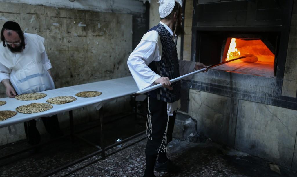 Baking matzos in the Yerushalayim neighborhood of Beit Israel on Thursday. (FLASH90)