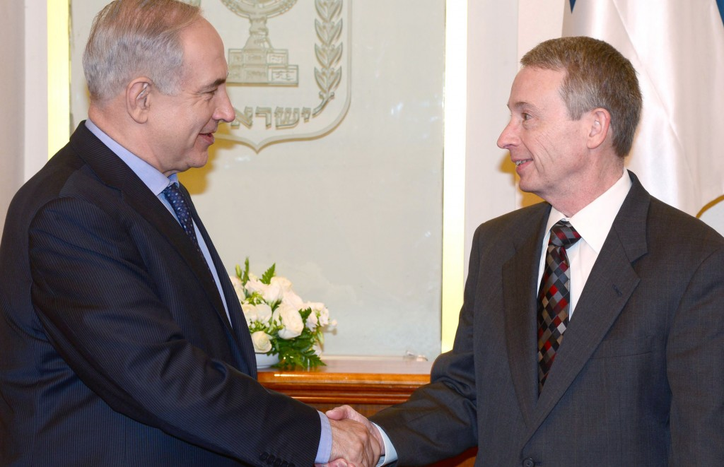 Israel's Prime Minister Binyamin Netanyahu (L) meets with Noble Energy CEO Charles Davidson in Yerushalayim on April 10. (FLASH90)