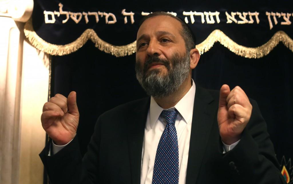 MK Aryeh Deri speaks to the press in Yerushalayim Thursday. (Yonatan Sindel/Flash90)