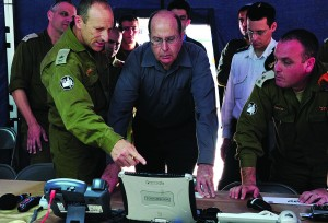 Head of the Home Front Command General-Major Eyal Eizenberg (L) debriefs Israel's Defense Minister Moshe Yaalon about the home front command drill in the Home Front Command headquarters in Ramla on Wednesday. (Ariel Hermoni/Ministry of Defense/FLASH90)