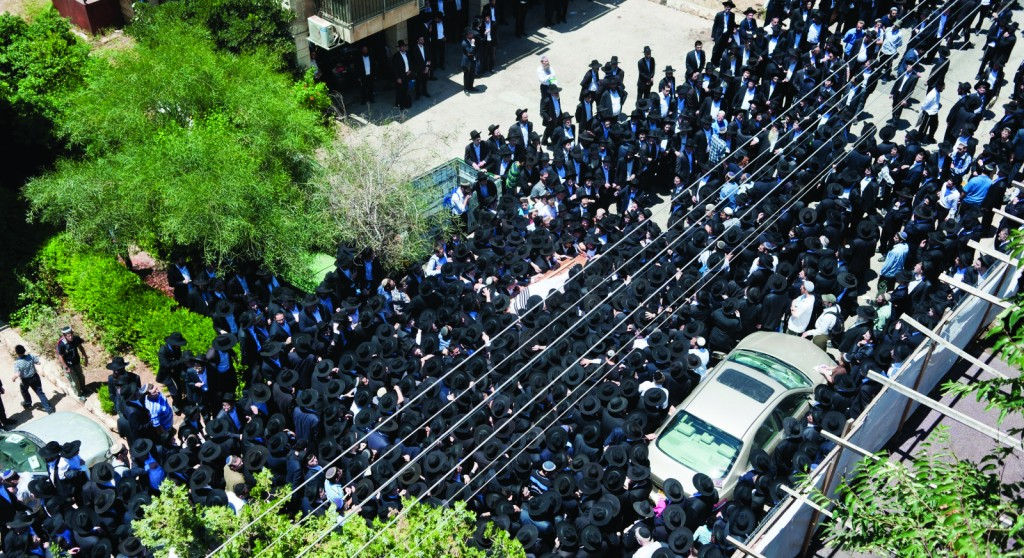 """Over a thousand people gathered in the Bayit Vegan neighborhood of Yerushalayim to attend the levayah on Tuesday of Harav Yehoshua Yeshaya Neuwirth, zt""""l, author of Shemiras Shabbos K'Hilchasa. The kevurah took place on Har Hazeisim. (Chaim Schvarcz - Kuvien Images)"""