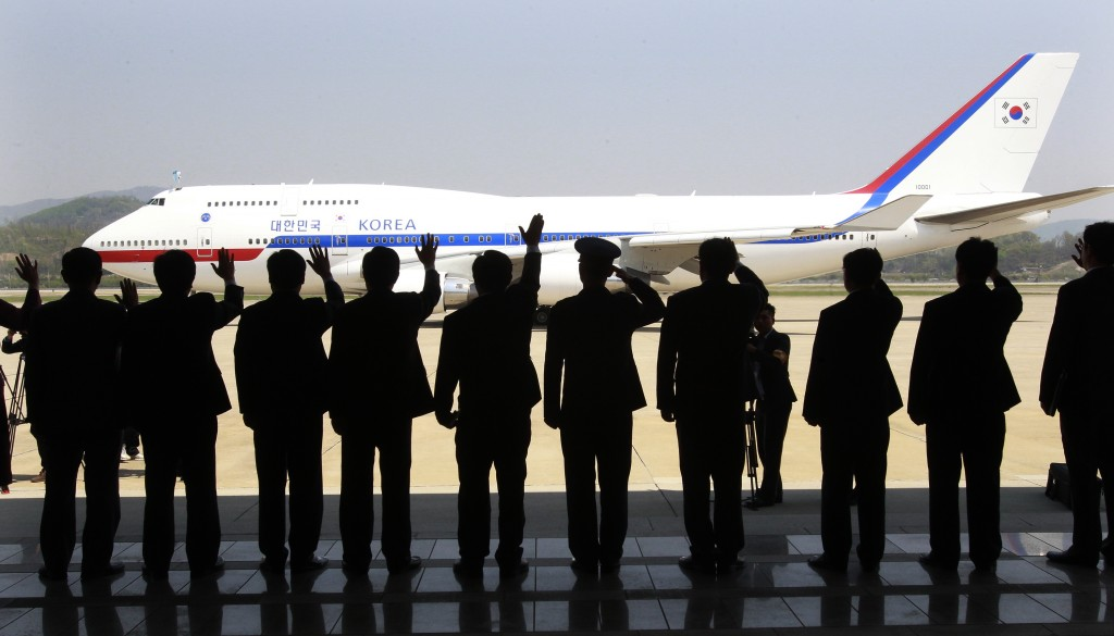 Well-wishers wave to the airplane with South Korean President Park Geun-hye onboard, as she departs for the United States, at the Seoul Military Airport in Seongnam (AP Photo/Ahn Young-joon)