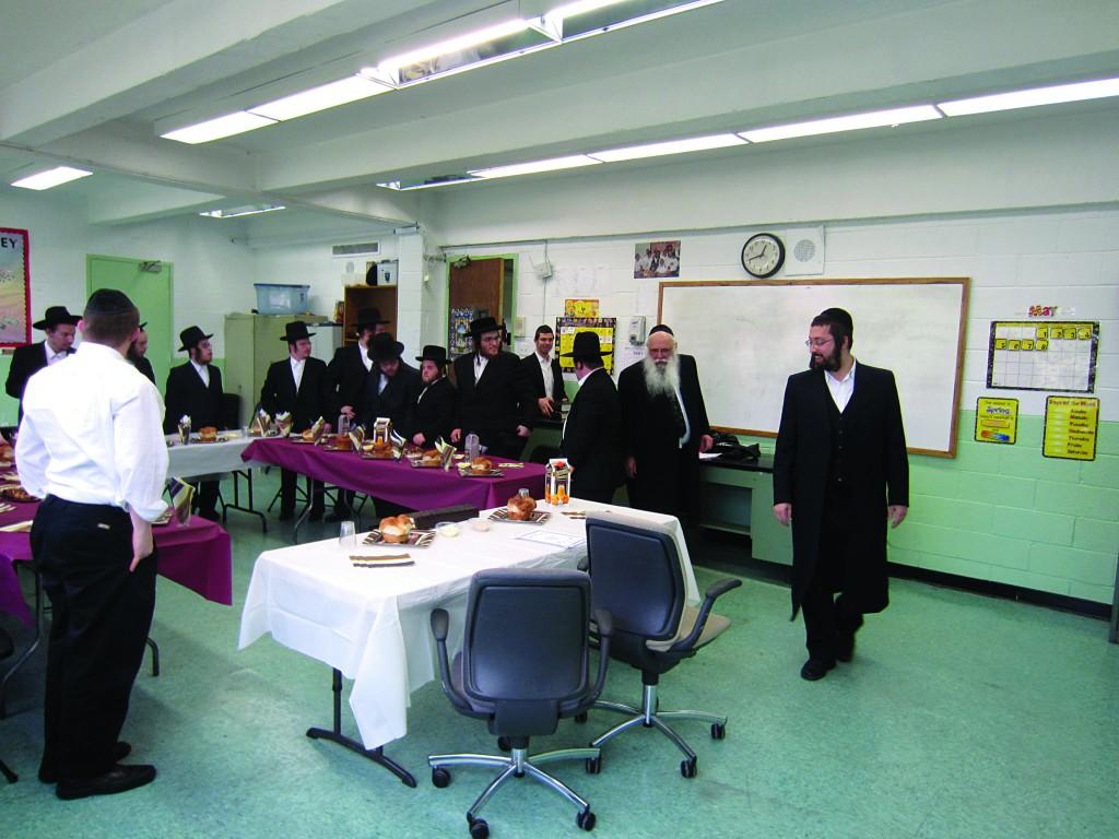 Yeshiva Bonim Lamokom celebrated a siyum on hilchos tefillah Monday, with Harav Eliezer Savitsky, Rosh Yeshivah of Yeshiva Torah Vodaath, conducting a farher. (Yeshiva Bonim Lamokom)