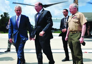 U.S. Defense Minister Chuck Hagel (L) with Israeli Defense Minister Moshe Yaalon (C) as he arrives at the Pentagon.