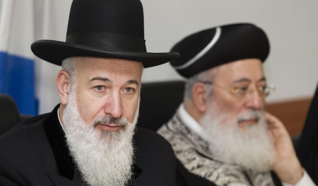 Israel's Ashkenazi Chief Rabbi Harav Yona Metzger (L) and Sephardi Chief Rabbi Harav Shlomo Amar received death threats on Monday. (Flash90)