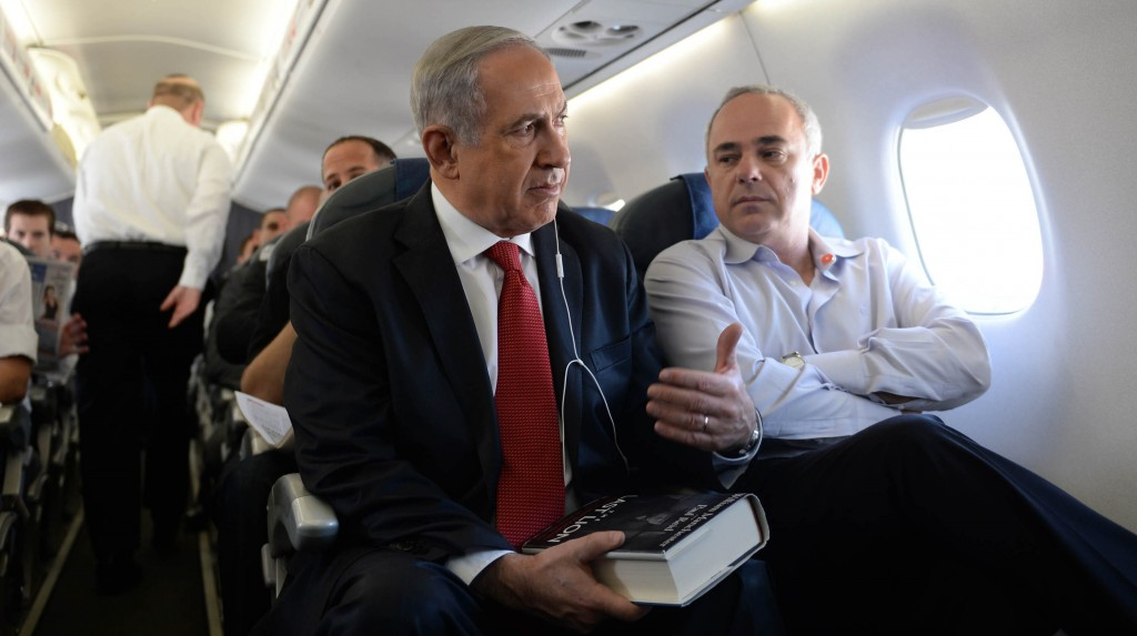 Israeli Minister of International Relations Yuval Steinitz (R) listens to Prime Minister Binyamin Netanyahu on the plane to an official state visit to Poland on Wednesday. (Kobi Gideon/GPO/Flash 90)