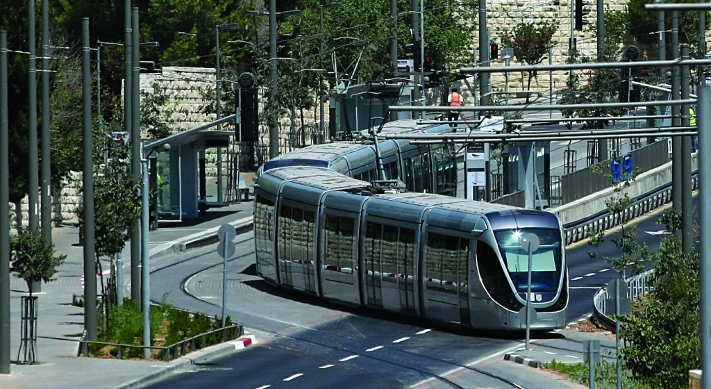 The Yerushalayim Light Rail winds its way through the city center. (Kobi Gideon / Flash90)