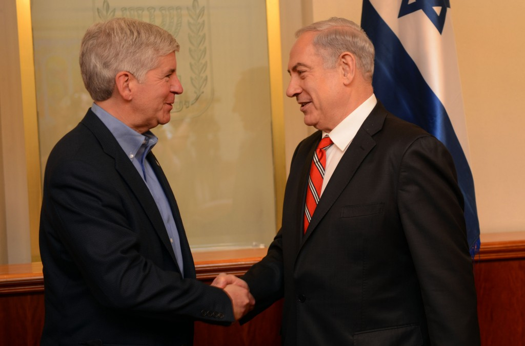 Michigan Governor Rick Snyder (L) greeting Israeli Prime Minister Binyamin Netanyahu in his office in Yerushalayim. (AP Photo/Office of Michigan Gov. Rick Snyder)