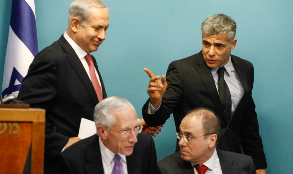 Prime Minister Binyamin Netanyahu (standing left), Finance Minister Yair Lapid (standing right), Governor of Bank of Israel Stanley Fischer (seated left) and Minister of National Infrastructures Silvan Shalom (seated right) at a joint press conference on Wednesday to announce a new policy for natural gas exports. (FLASH90)