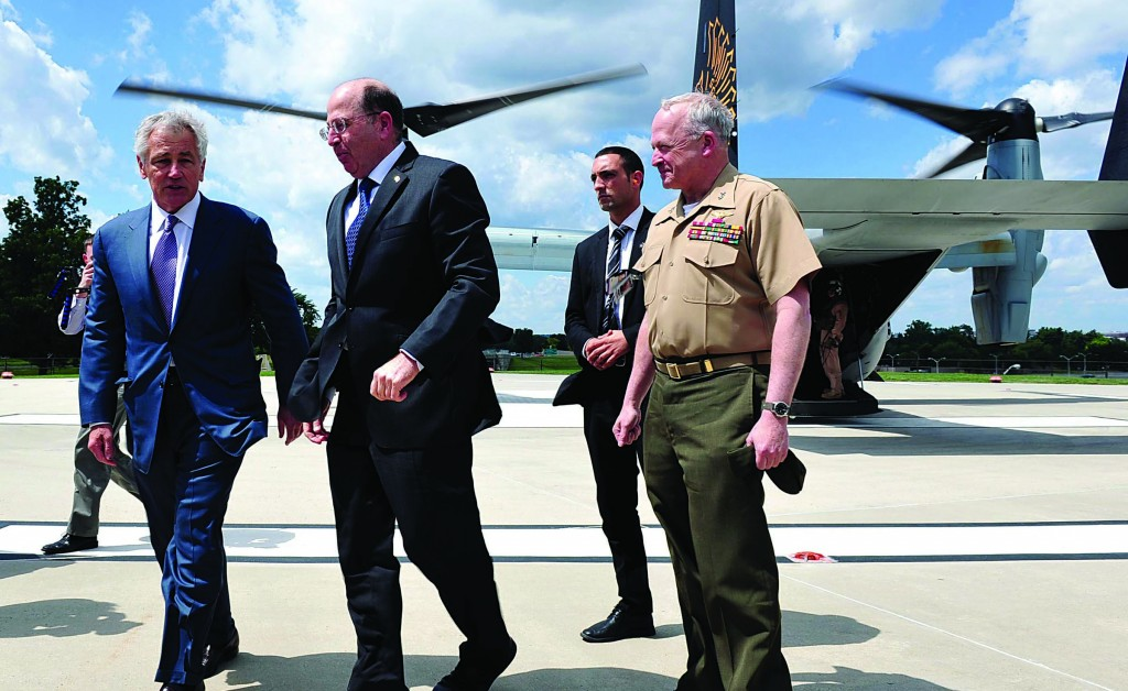 U.S. Defense Secretary Chuck Hagel (L) meets with Israel's Defense Minister Moshe Yaalon (C) after the latter arrived on a U.S. Marine Corps MV-22 Osprey at the Pentagon. Yaalon is on an official state visit. (Ariel Hermoni/Ministry of Defense/FLASH90)