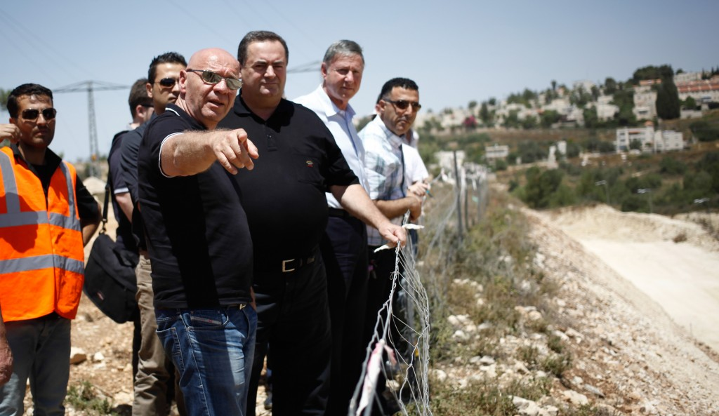 Israel's Transporation Minister Yisrael Katz (C) standing with David Landsman (L) and Netivei Israel CEO Yeshayahu Bers, as they inspect highway construction between Yerushalayim and Tel Aviv, on Wednesday. (Flash 90)