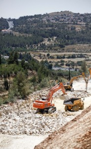 Road construction machinery on Highway 1 this week between Yerushalayim and Tel Aviv. (Flash 90)