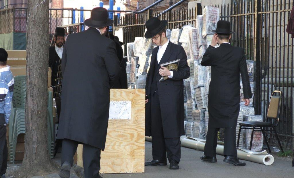 A yeshivah prepares to leave for their camp in the Catskills.(JDN)