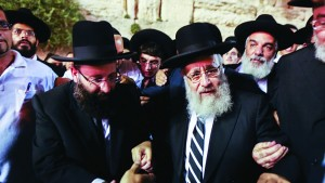 Newly elected Sephardic Chief Rabbi Yitzhak Yosef is surrounded by security and hundreds of supporters as he arrives at the Kosel, on the eve of his victory as the new Sephardic Chief Rabbi. (Yonatan Sindel/FLASH90)