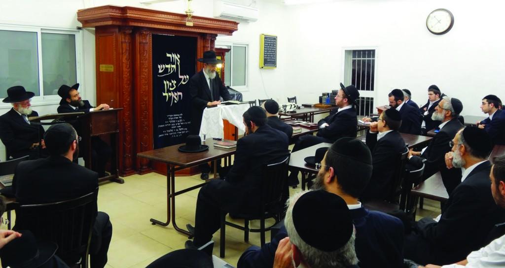 "Partial view of the crowd at Yeshivat Lomdei Torah in Bayit Vegan as Harav Aryeh Levi, Mashgiach Yeshivas Chochmas Shlomo and son-in-law of the niftar, delivers divrei hesped upon the sheloshim of the mechaber of the sefer Shemiras Shabbos K'Hilchasa, Harav Yehoshua Yeshaya Neuwirth, zt""l. There was standing room only at the event. The maspidim included Harav Yacov Benaim, Rosh Yeshivas Nachlat Moshe; Harav Yehoshua Eichenstein, Rosh Yeshivas Yad Aharon; Harav Dovid Behar, Rosh Yeshivas Lomdei Torah, Harav Aharon Feldman, Rosh Yeshivas Ner Yisroel Baltimore, Harav Pinchos Breuer, Rosh Yeshivas Knesses Yisroel, and Harav Aryeh Levi, Mashgiach, Yeshivas Chochmas Shlomo and son-in-law of the niftar. Reb Shlomo Fishman, a talmid of the niftar, also delivered divrei hesped. The hespeidim were broadcast live to Baltimore and New York. (Kuvien Images)"