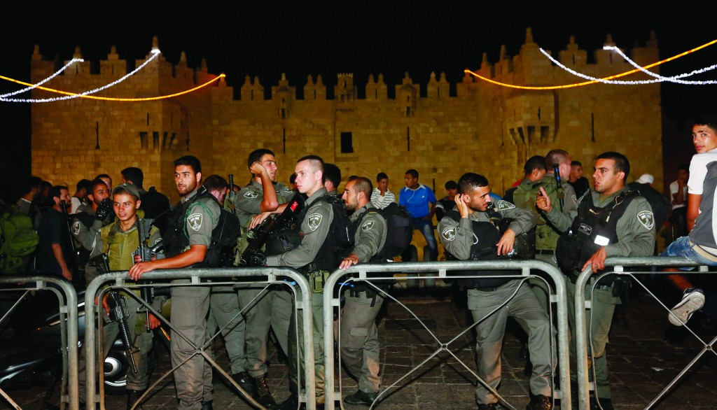 Israeli border police stand guard near Damascus Gate in Yerushalayim's Old City where a chareidi man was stabbed by two Arabs. The victim was rushed to the hospital and is in moderate condition. (Miriam Alster/FLASH90)