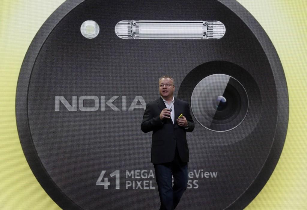Nokia CEO Stephen Elop describes his company's Nokia Lumia 1020 in New York on Thursday. (AP Photo/Richard Drew)