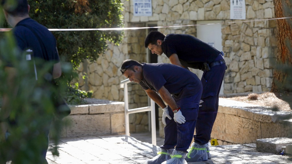 Israeli security forces investigate the scene of a stabbing attack in Liberty Bell Park in Yerushalayim on Wednesday. A 50-year-old Israeli man was attacked by an Arab, sustaining moderate injuries. Police are still looking for the assailant. (Flash90)