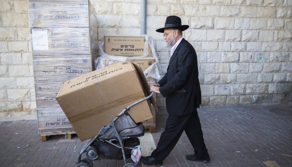 Picking up gas masks at a distribution centre in Yerushalayim on Tuesday. (Yonatan Sindel/Flash90)